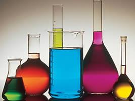 Proveta e béquer são alguns dos materiais utilizados pelo químico