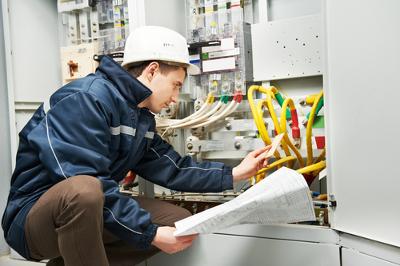 O engenheiro eletricista desenvolve projetos de ampliação de sistemas