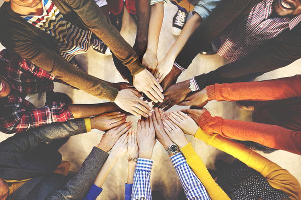 A Declaração Universal dos Direitos Humanos afirma que todo ser humano nasce livre e igual em dignidade e em direitos.