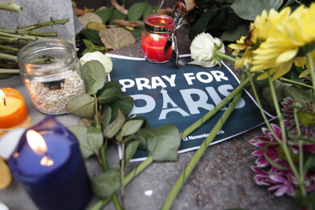 Acima, flores e velas depositadas nos locais de Paris onde ocorreram os atentados da noite do dia 13 de novembro de 2015 *