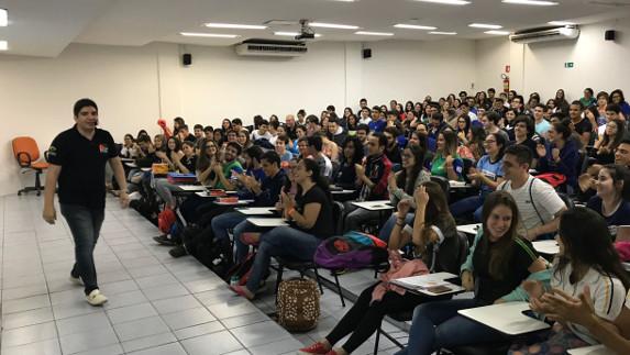 Aulas de redação do professor Diego Pereira reúnem dezenas de estudantes