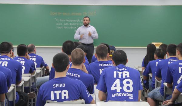 Cursinhos do ITA começam a preparar os estudantes para a prova de redação
