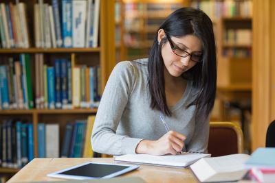 Conhecer diferentes contextos históricos e aspectos da composição do texto literário é fundamental para compreender a Literatura no Enem.