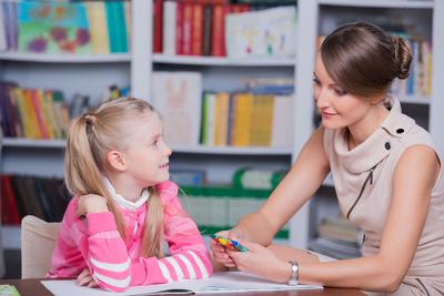O Psicopedagogo pode atuar em escolas, orientando crianças e jovens.