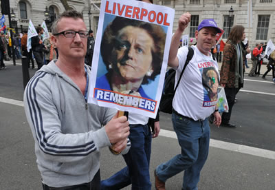 Cartaz mescla David Cameron e Thatcher, atual e ex-primeiro-ministro respectivamente, mantendo viva a memória nos cortes de direitos trabalhistas.*