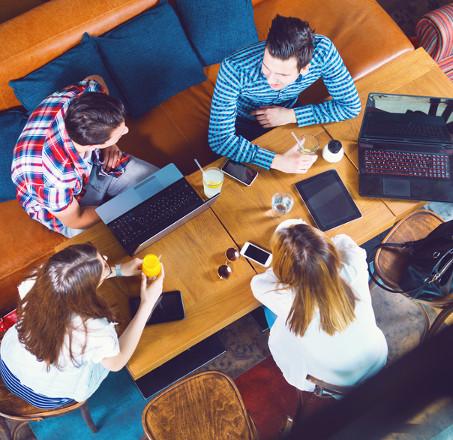 Em geral, os alojamentos estudantis são mantidos por universidades para estudante oriundos de outras cidades.