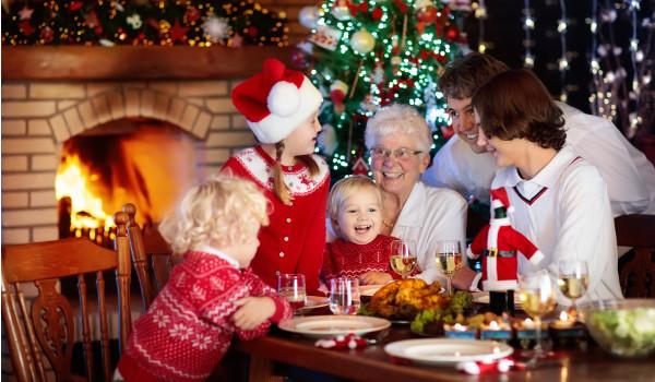 Entre as práticas do Natal, está a ceia em família.