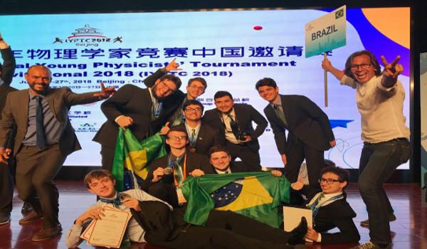 Equipe brasileira comemora título conquistado na 31ª edição do torneio de Física