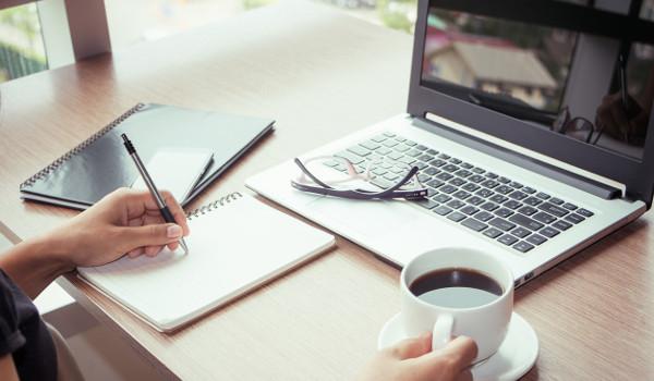 Estudar inglês em cursos online é uma tendência atual.