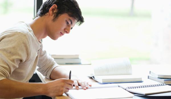 Estudar realizando simulados ajuda o estudante a aprender o conteúdo e se familiarizar com as provas.