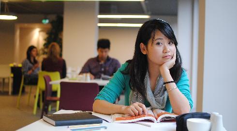 Estar longe de casa faz com que seja necessária uma série de novos hábitos para aguentar a saudade de casa e a demanda de estudos universitários