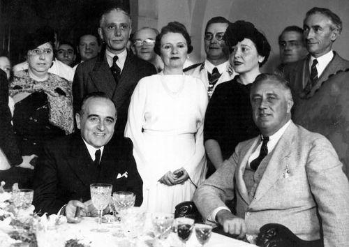 Getúlio Vargas, à esquerda, ao lado do então presidente dos EUA, F.D. Roosevelt, em 1936