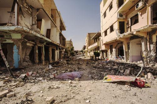 Imagens da destruição causada pela guerra em uma cidade síria nas proximidades de Palmira.
