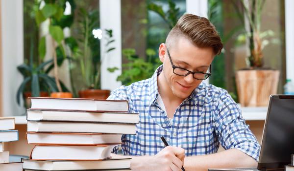 Interessado em bolsas de estudo deve ficar atento a programas que oferecem esse benefício