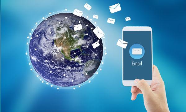 Ler revistas, jornais e textos do Brasil Escola pelo celular são formas de estudar sobre os acontecimentos da atualidade.