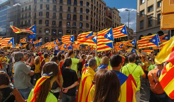 Manifestação de nacionalistas catalães portando bandeiras da Catalunha em defesa da independência da região./Crédito: Riderfoot