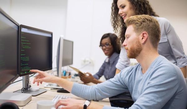 Entre as atribuições do Cientista da Computação está o desenvolvimento de softwares.