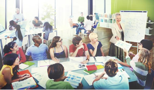 Mostrar interesse nas aulas, ser proativo e respeitar as regras de cada professor podem causar boa impressão