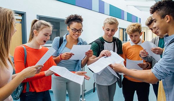 No Reino Unido, são quatro anos para a conclusão do ensino médio
