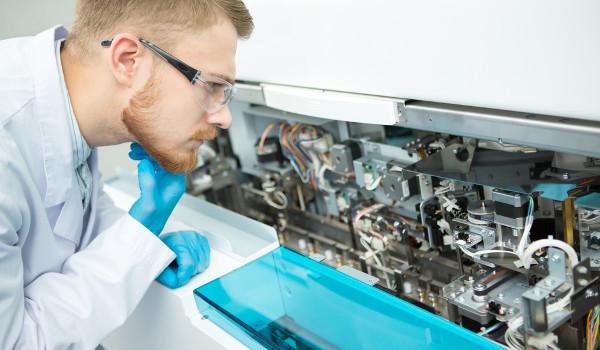 O Engenheiro Biomédico atua especialmente no desenvolvimento de mecanismos que ajudem no diagnóstico e tratamento de doenças.