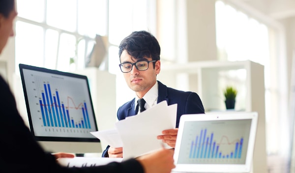 O profissional de Economia traça cenários e estimativas financeiras