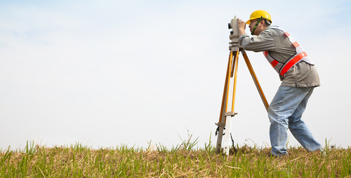 O Técnico em Agrimensura realiza medições e representa em plantas os detalhes geográficos de um espaço físico.