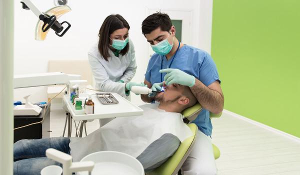 Os profissionais que ser formam em odontologia são os responsáveis pela promoção da saúde bucal.