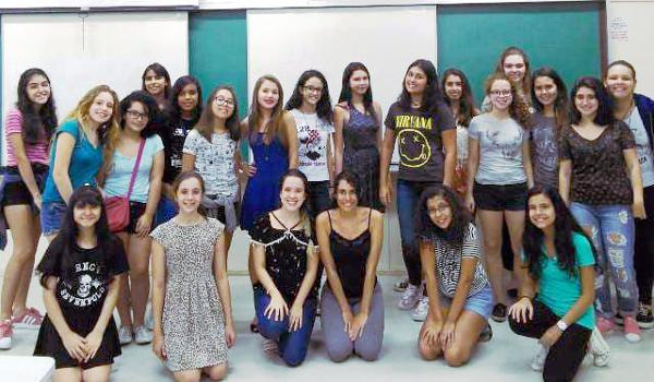 Professoras Luíze e Karol, ajoelhadas ao centro, coordenam o curso Matemática para Garotas