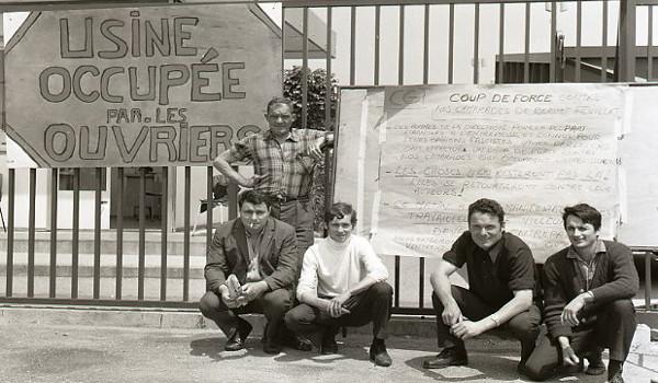 Trabalhadores em greve ocupam usina na França, em 1968