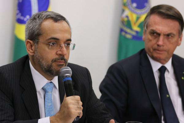Ministro Weintraub explica os cortes ao lado do presidente Bolsonaro. Foto: Valter Campanato/Agência Brasil