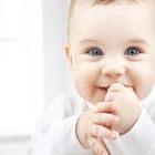 Criança com mão na boca