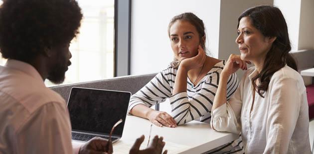 professor conversando com mãe e aluna