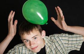 Menino segura balão