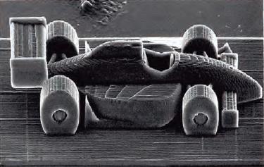 Escultura microscópica de um carro de Fórmula 1