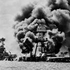 Base naval dos EUA em chamas
