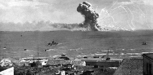 Explosão de navio americano após ser atingido por uma bomba lançada pelos alemães durante o desembarque dos Aliados na Sicília.