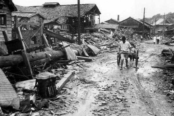 Em 9 de agosto, foi lançada uma bomba atômica sobre a cidade de Nagasaki.