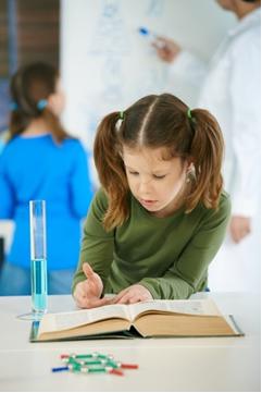 O livro didático de química liga o aluno ao conceito e à experimentação