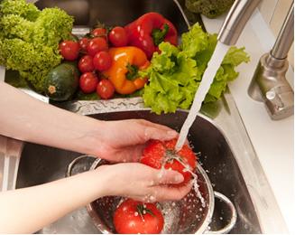 Deve-se lavar bem os alimentos antes de prepará-los