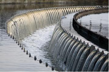 Resíduos maiores sendo retidos por filtros em estação de tratamento de água