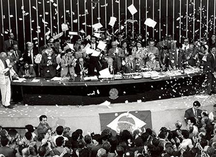 Celebração da promulgação da Constituição Nacional em outubro de 1988, no plenário do Congresso Nacional.*