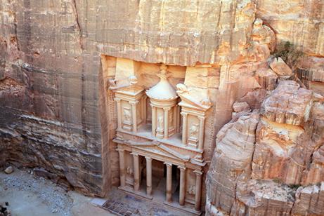 Templo encravado em rocha na cidade de Petra, Jordânia