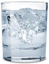 O gelo flutua na água porque ele é menos denso que ela