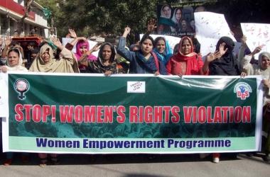 """Protesto pelos direitos das mulheres organizado por uma ONG no Paquistão. Em vermelho, no cartaz: """"Pare com a violação dos direitos das mulheres!"""" ¹"""