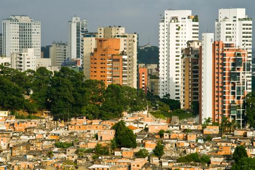 Prédios de luxo ao fundo e uma favela à frente. Seria diferente das duas cidades do filme?