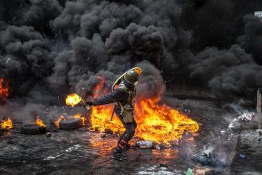 Manifestante lança um coquetel-molotov durante protestos na Ucrânia.*