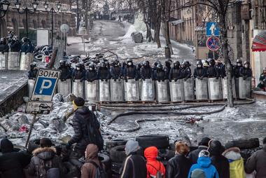 Policiais e manifestantes frente a frente nas ruas de Kiev, durante os protestos na Ucrânia.**