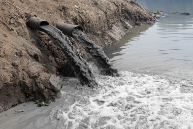 Esgotos industriais sem tratamento sendo lançados em rios