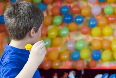 Substituindo o alvo circular tradicional, o professor pode utilizar balões para aplicar o tiro ao alvo com seus alunos