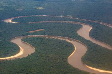 O Rio Amazonas é cercado por uma área de planície